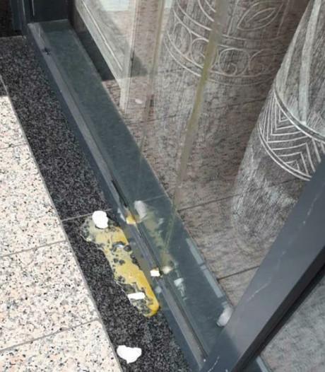 Verwarde man gooit eieren tegen winkels en café in Tilburg
