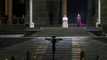 Paus leidt processie voor Goede Vrijdag op leeg Sint-Pietersplein