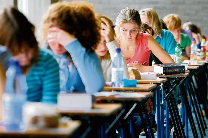 Leerlingen van een middelbare school werken geconcentreerd aan een toets.