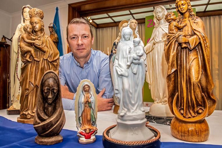 Diaken Davy Verkest bij de verzameling Mariabeelden.
