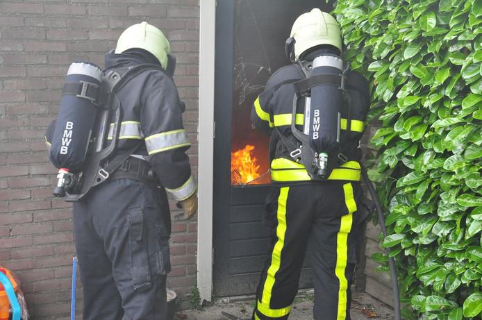 Om goed bij de brand te kunnen komen, moest de schuurdeur het ontgelden