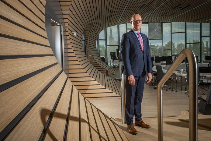 Wethouder Bert Groot Wesseldijk in de zaal van de gemeenteraad. Hij heeft grote zorgen ovr de financiële toekomst van Lochem.