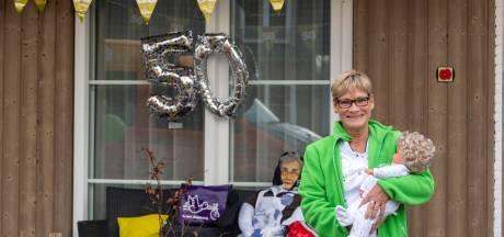 Corry werkt 50 jaar als kraamverzorgster: 'Zo'n ouwe taart hoefde ik niet aan m'n bed. Nu ben ik er zelf één'