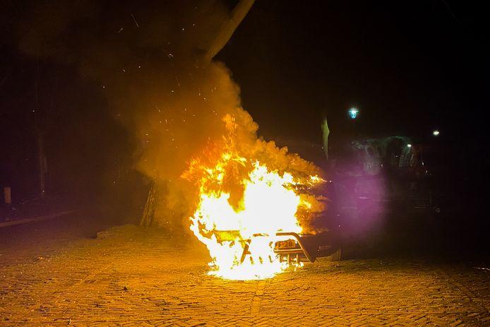 Het voertuig brandde hevig.
