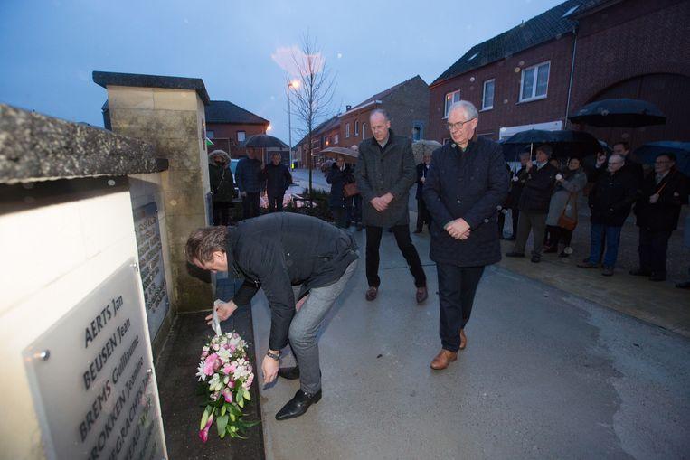 Burgemeester Mark Vos legt bloemen neer aan monument ter nagedachtenis van de 18 mensen die 60 jaar geleden het leven lieten bij de instorting van de mergelgroeve van Roosburg.