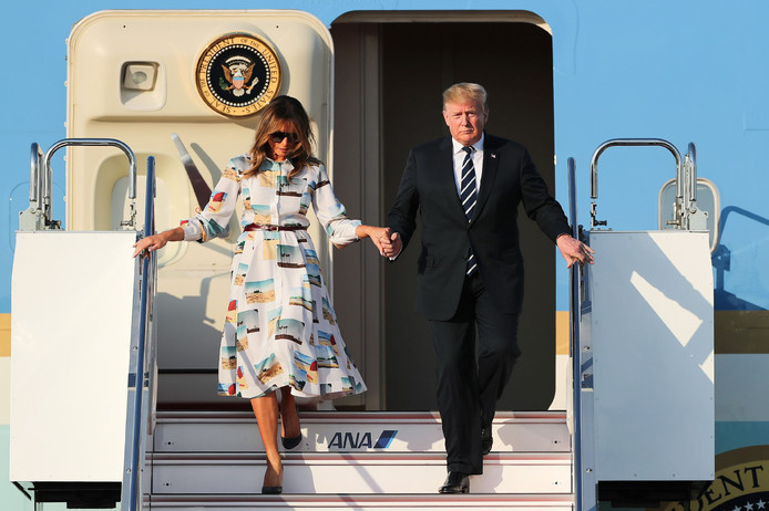 De Trumps arriveren op het vliegveld Haneda in Tokio.
