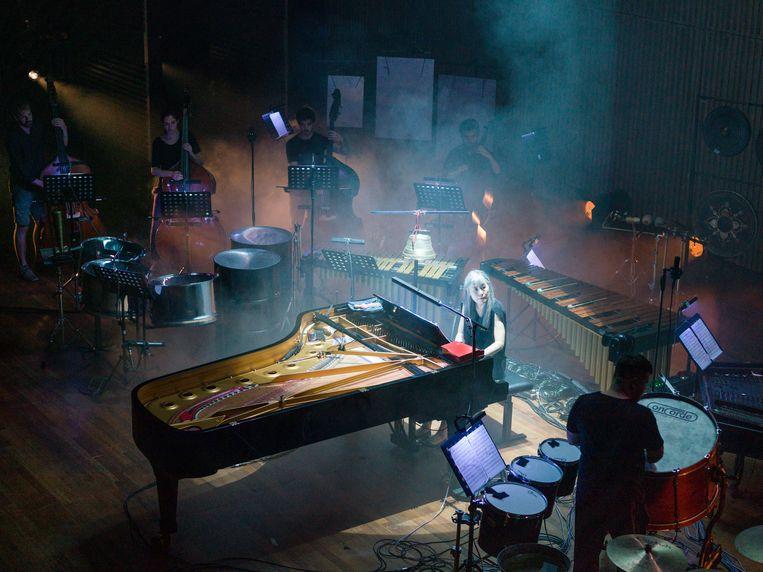 Pianiste  Tomoko Mukaiyama bij een repetitie in het Muziekgebouw. Beeld Ivo van der Bent