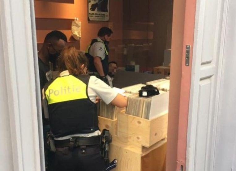 Eén van de verdachten verstopte zich in platenwinkel Grey Vinyl Treasures vooraleer hij gepakt werd door de politie. Het pepperspray-pistool verstopte hij tussen de platen in de winkel.