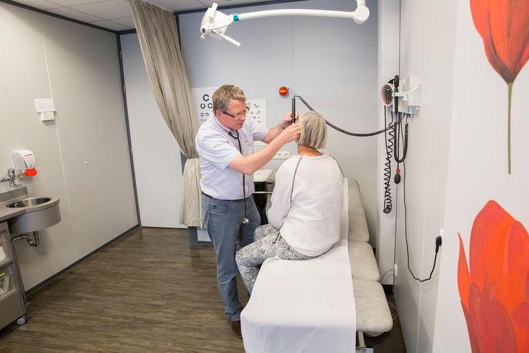 Medisch onderzoek in de huisartsenpost op het terrein van het Spijkenisse Medisch Centrum. Beeld Arie Kievit