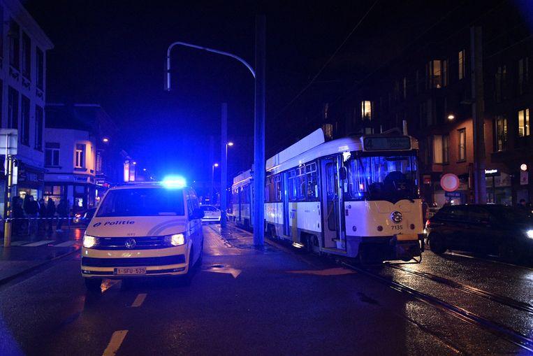 De vrouw zou met zware verwondingen afgevoerd zijn naar het ziekenhuis.