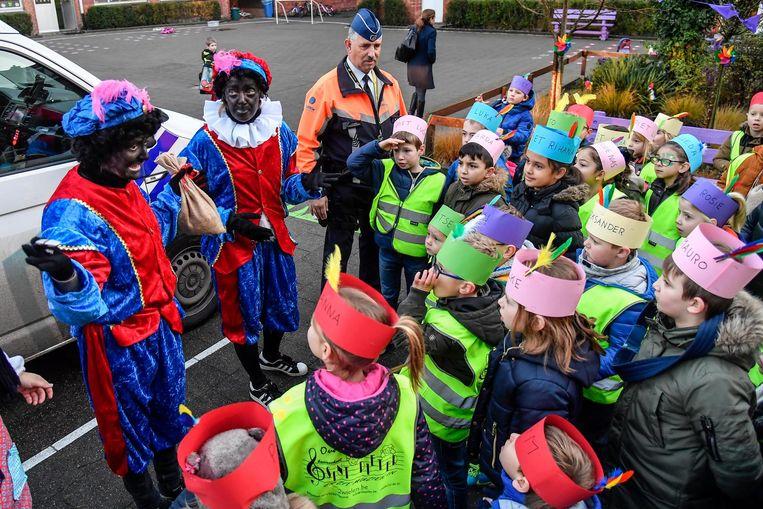 Politie en Zwarte Pieten vertellen de leerlingen van Koha Sint-Pieter dat de Sint vermist is.