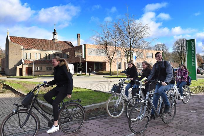 In dit schoolgebouw aan de Kloosterstraat in Stevensbeek wordt nog tot de zomer vmbo-onderwijs gegeven. Daarna niet meer.