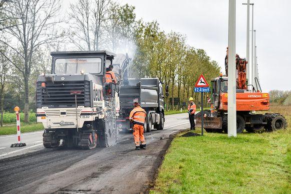 Op de N41 wordt zo'n 150 meter nieuw wegdek voorzien. Het veroorzaakt ongelooflijke verkeersopstoppingen.