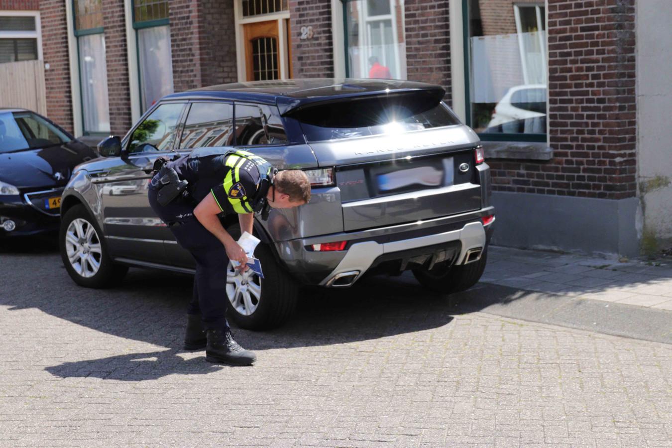 Scooterrijder rijdt achterop auto in Waalwijk.