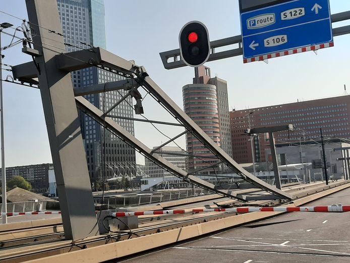 De zware constructie van de bovenleiding boven de klep van de Erasmusbrug kwam maandag plotseling naar beneden gestort.