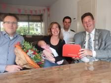 Veluwse burgemeesters delen brandweerkoffertjes uit aan baby's