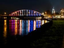Deventer Wilhelminabrug kleurt mee en 'vlagt voor vrijheid'