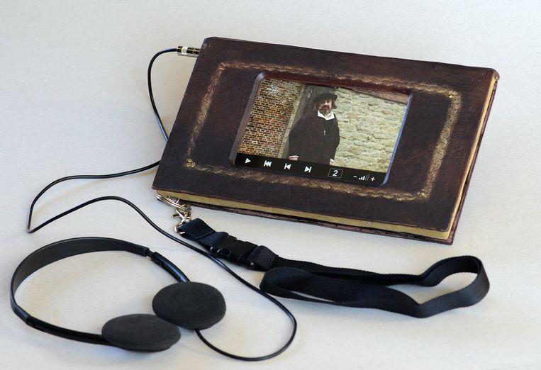 De tablet die er uitziet als een historisch boek.