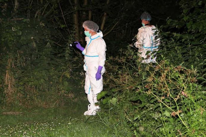 Rechercheurs van de Forensische Opsporing deden onderzoek in het park.