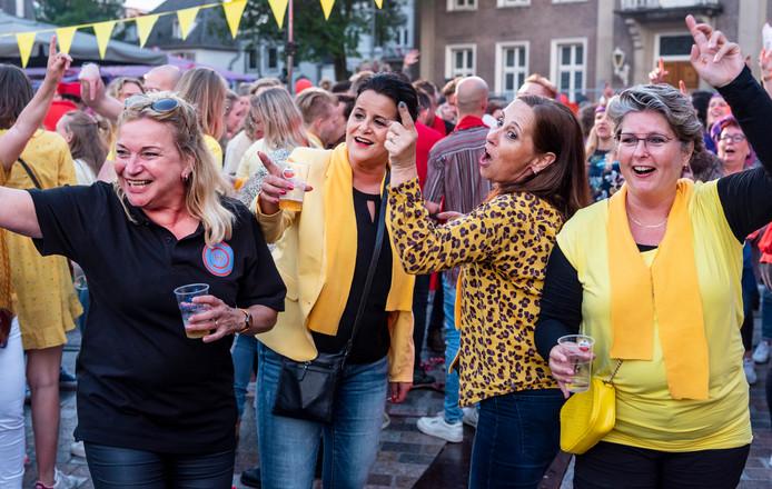 De markt in Veghel staat vol mensen die gezellig drinken en zingen