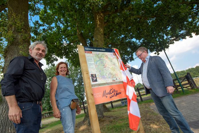 Ondernemers Toon Liebregts (links) en Maria Meulendijks met wethouder Jan de Bruijn.
