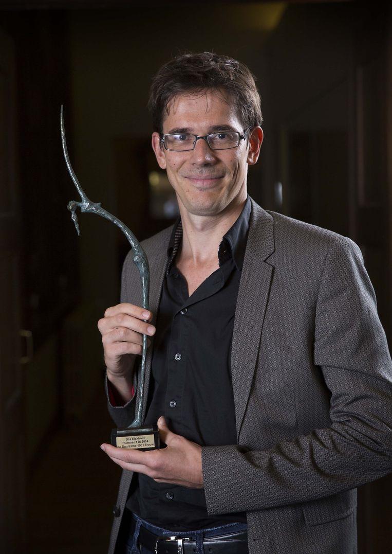 Bas Eickhout met zijn prijs voor het behalen van de eerste positie in de Duurzame100. Beeld Werry Crone