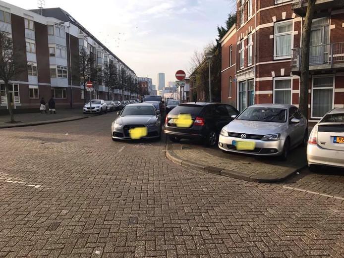 De parkeeroverlast in Feijenoord loopt de spuigaten uit.