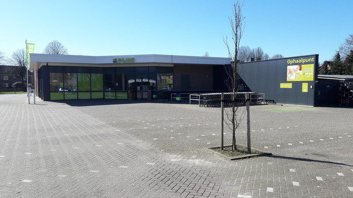 De verlaten parkeerplaats bij de Plus in Harskamp op zondagmiddag.
