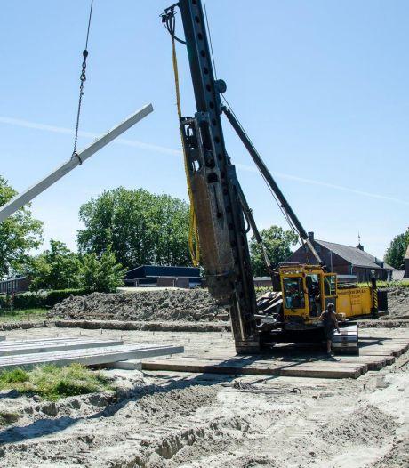Hij zit erin: eerste paal voor brandweerkazerne in Rilland geslagen door burgemeester