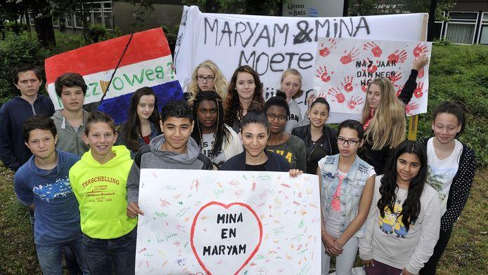 """Maryam (rechtsvooraan, met wit bord in de handen) en Mina tussen hun klasgenoten. ,,We willen niet terug naar Egypte. Dat is niet ons land."""""""