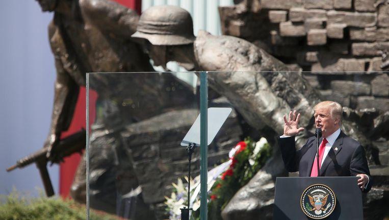 De Amerikaanse president Donald Trump houdt zijn toespraak bij het Monument van de Opstand van Warschau. Beeld reuters