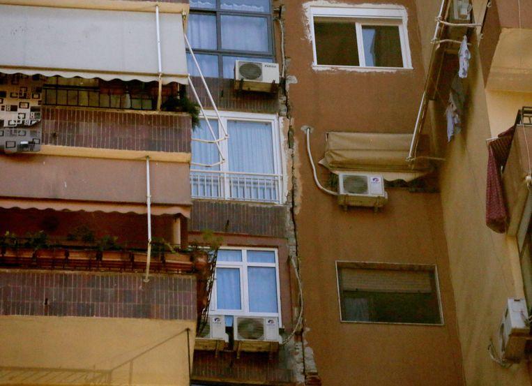 Door de aardbeving ontstonden scheuren in gebouwen. Beeld EPA