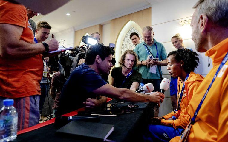 Sifan Hassan (r.) dinsdag tijdens een ingelaste persconferentie over de schorsing van haar coach Alberto Salazar, die vier jaar geschorst is door het Amerikaanse antidopingbureau USADA.  Beeld ANP