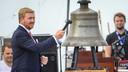 Koning Willem-Alexander luidt een belboei als officiële opening van het lustrumjaar 75 jaar vrijheid.