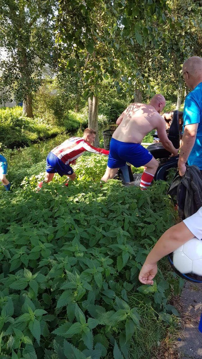 De spelers hoorden iemand om hulp roepen na hun wedstrijd bij voetbalvereniging Hvv RAS aan de Albardastraat.