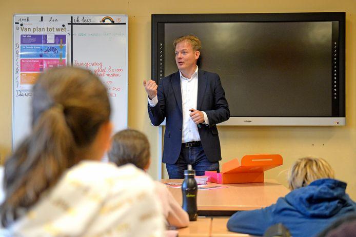"""Pieter Omtzigt geeft een gastles over Prinsjesdag in groep 7 op de Anna van Burenschool. """"In de Tweede Kamer controleren we de regering, zoals juf Sabine jullie huiswerk controleert."""""""