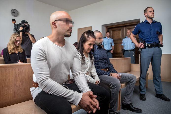 Armin (links) en Arash, met in het midden hun tolk, in het gerechtsgebouw in Praag.