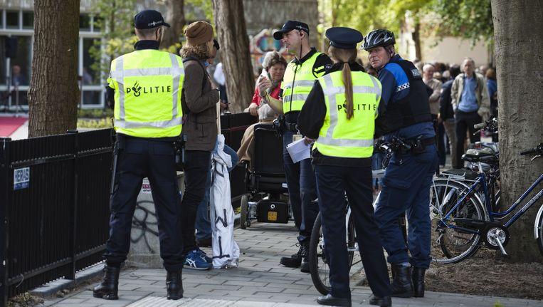 De verslaggever trok met twee spandoeken met teksten tegen het koningshuis naar een bezoek van koning Willem-Alexander in Baarn. Binnen tien minuten was hij aangehouden. Beeld Olaf Robberse