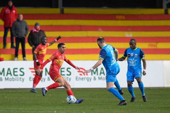 Mohamed Ben Liou (l.), tegenover Maxime Annys van Overijse, scoorde één van de drie doelpunten voor Bornem.