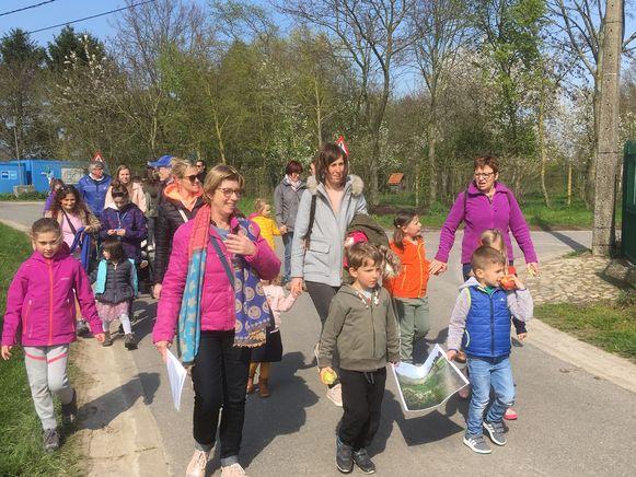 De kinderen gingen op wandeling langs de bloesems.