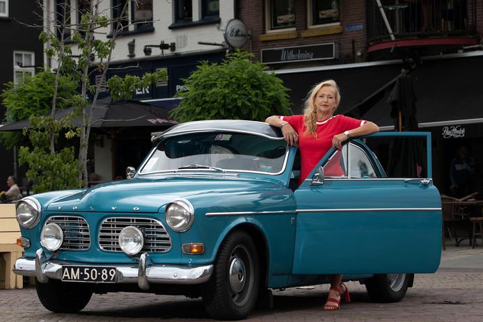 José Verspaget bij haar oude Volvo op het Wilhelminaplein waar zaterdag de Rock&Roll Meeting plaatsvindt.