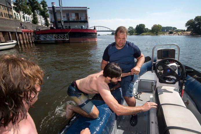 Patrouille op de Rijn met gebiedsbeheerder Patrick Bolder. Hij haalt twee jongens uit het water die in de vaargeul zwemmen. Dat is verboden.