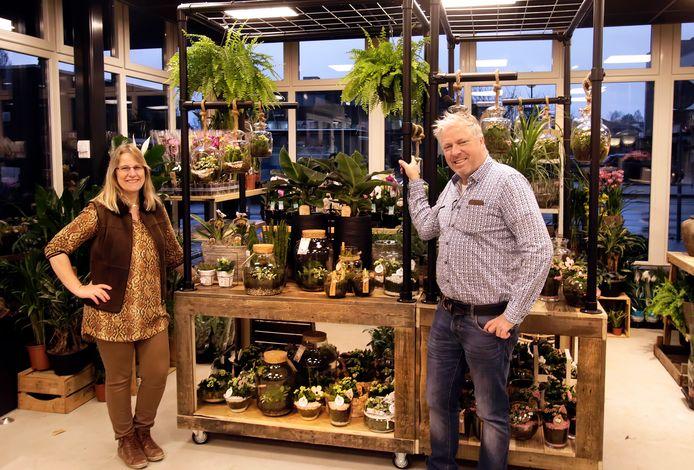 Jan Heeren en Yvonne Visser in hun nieuwe winkel op het Stationsplein van Etten-Leur, slechts een aantal meters van hun oude winkel.