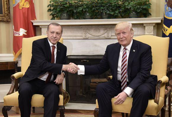De Turkse president Recep Tayyip Erdogan bij zijn Amerikaanse ambtsgenoot Donald Trump in het Witte Huis, tijdens een bezoek in mei vorig jaar. Erdogan heeft Trump nu uitgenodigd voor een tegenbezoek.