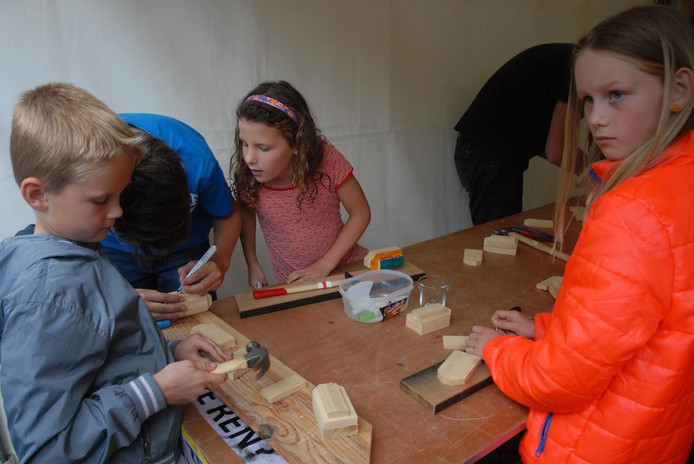De 7-jarige Maurice van Lieshout, gewapend met een hamer, is bezig met het in elkaar zetten van de Ark van Noah.