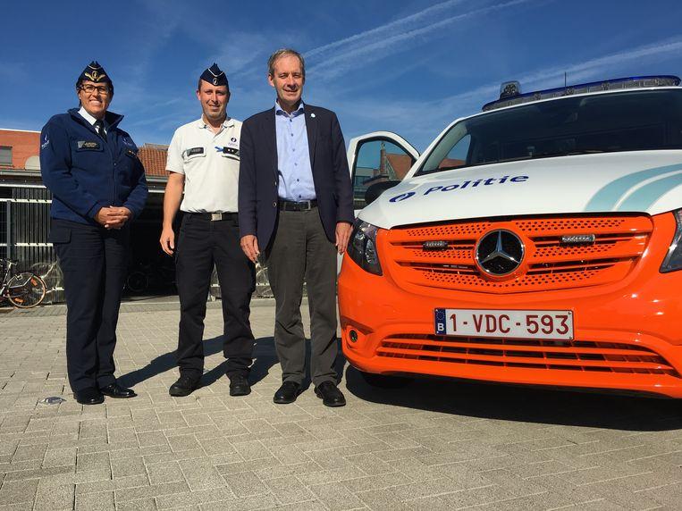 Korpschef Gwenn Merckx en burgemeester Lieven Dehandschutter stelden het nieuwe politievoertuig met fluo-oranje bumper vrijdag voor.