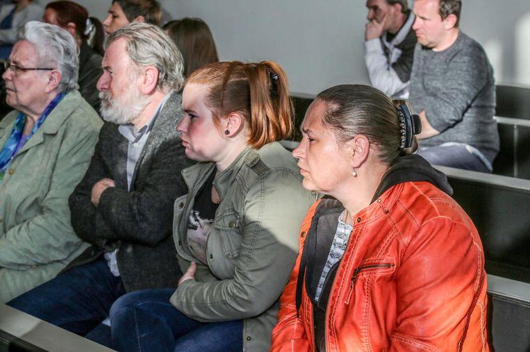 De familie van Saar Gevaert woont de zitting in de rechtbank bij.