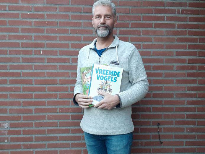 Stripboekenuitgever Marc de Lobie met de eerste twee titels die bij de Raalter drukkerij Veldhuis Media van de persen rolden. ,,Mijn idealisme loont. Ik groei mee met het aanbod van talent en kan leven van Syndikaat.''