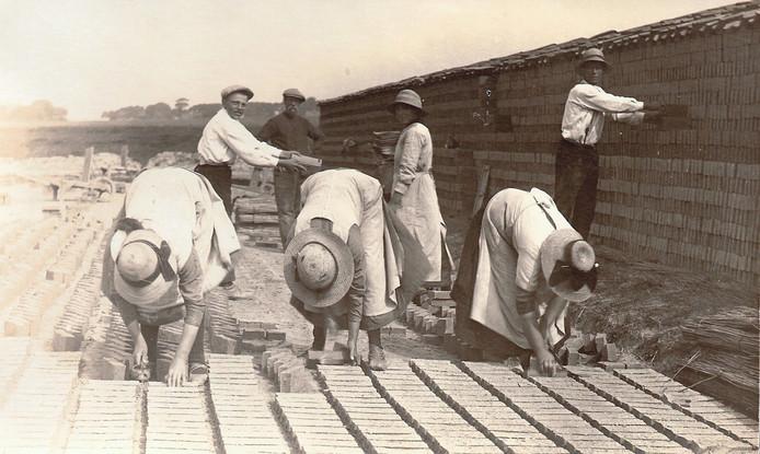 Op deze foto van rond 1920 werken drie vrouwen in de steenfabriek van Oudebildtzijl. Het werk, dat ook Petronella moest doen, was zwaar en eentonig.