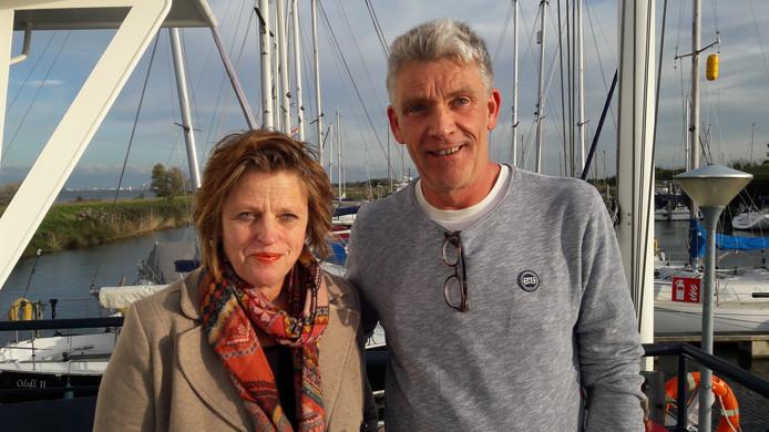 Willeke Fiere en John van der List in de gemeentelijke jachthaven van Willemstad. Per 1 januari nemen ze het beheer op zich.